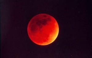 Eclissi totale di luna in atto visibile