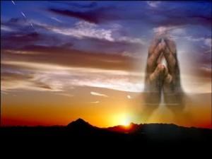 Mani in Preghiera con il sfondo il Sole